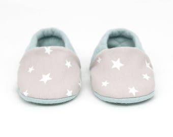 """babies&minis """"sweet dreams"""" - cute reversible baby booties in quilted fabric in mint with stars - crawling shoes for babies"""