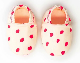 """babies&minis """"neon pink"""" - cute cotton jersey baby booties with neon pink dots - crawler shoes for babies up to 1 year"""