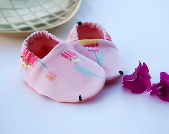 """babies&minis """"bloom wildly"""" - cute cotton jersey baby booties in pink with colorful flowers - crawling shoes for babies"""