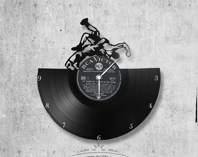 Vinyl 33 clock turns fighting theme