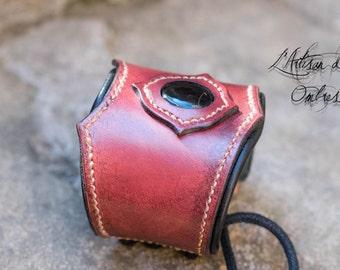 Mahogany leather and onyx cabochon bracelet