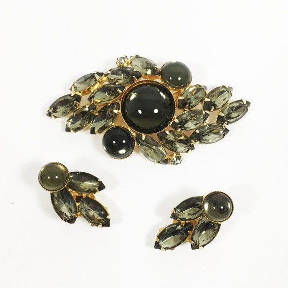 Green and White Enamel on Gold-Toned Metal Pin and Clip Ons Vintage Flower Brooch /& Clip Earrings Set