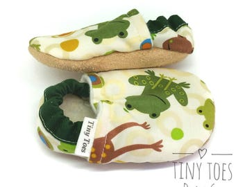 frog baby booties, baby boy booties, soft sole baby shoes, baby boy shoes, baby shower gift, cloth booties, fabric shoes, handmade, froggy