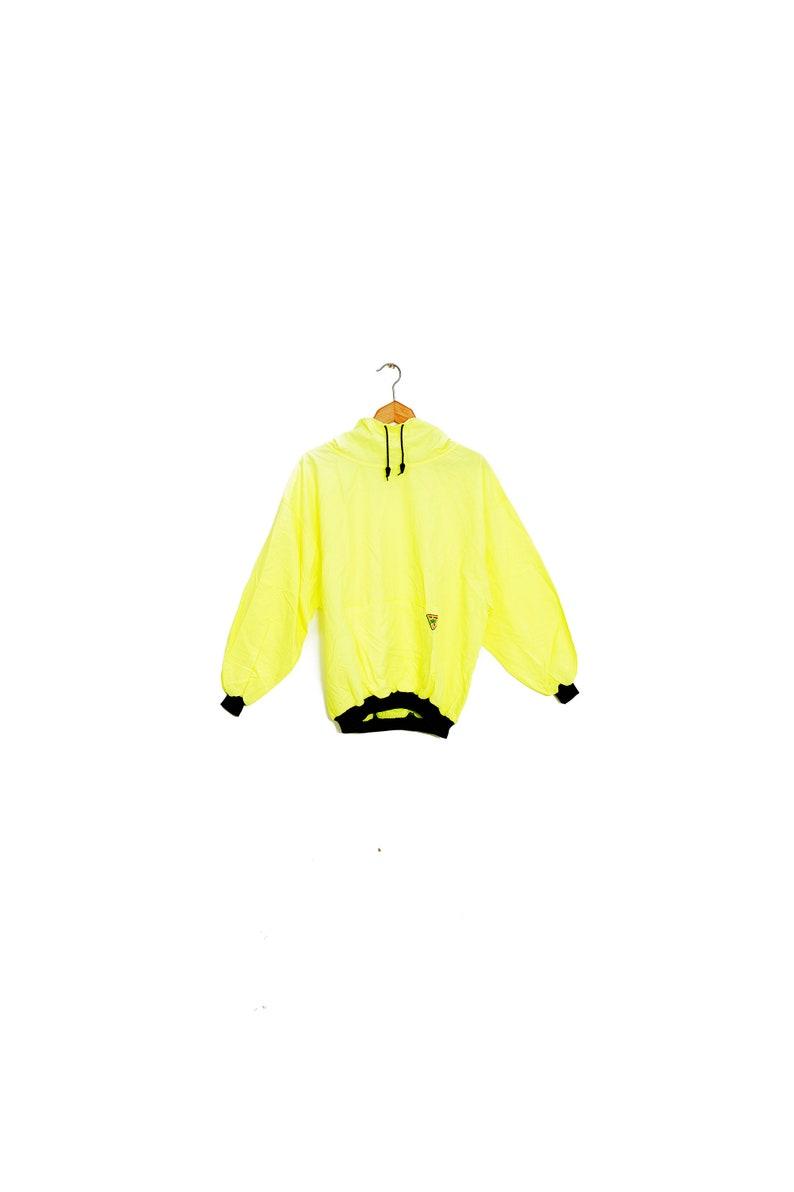 a3cc2a3bf9d51 Coupe-vent anorak jaune neon en toile. Coupe-vent vintage neon 1990 surf  skate. Coupe-vent léger et mince jaune fluo.