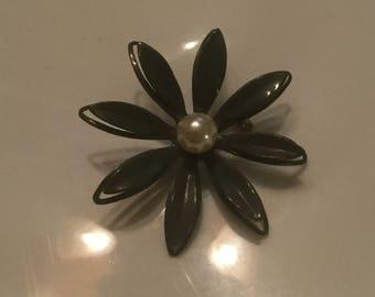 Retro 60s Daisy pin
