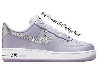 Swarovski Damen Nike Air Force 1 lila samt niedrigen Sneakers Blinged Out mit authentischen Swarovski Kristallen benutzerdefinierte Bling Nike Schuhe