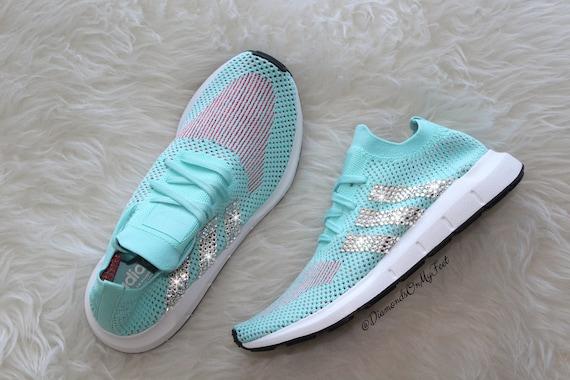 Größe 8 Swarovski Damen Adidas Swift Run Türkis Sneaker Blinged out mit authentischen klaren Swarovski Kristallen Benutzerdefinierte Bling Adidas
