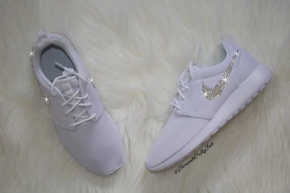 Swarovski Damen Nike Roshe Run Roshe One Schuhe alle weiße Turnschuhe Blinged Out mit authentischen Swarovski-Kristallen benutzerdefinierte Bling ...