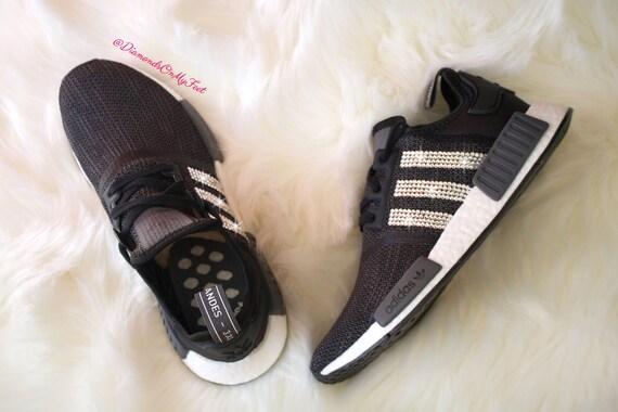 Swarovski Womens Adidas Originals NMD R1 Carbon Black Sneakers Blinged Out mit authentischen Swarovski Kristallen benutzerdefinierte Bling Adidas