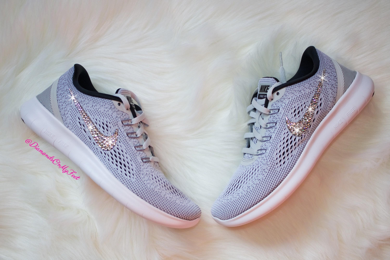 les femmes et et et # swarovski - ; s nike nouveau libre cours  Gris  et des tennis blanches style bling - bling bling - bling de cristaux swarovski foi claire en chaussures nike. 52e7ab