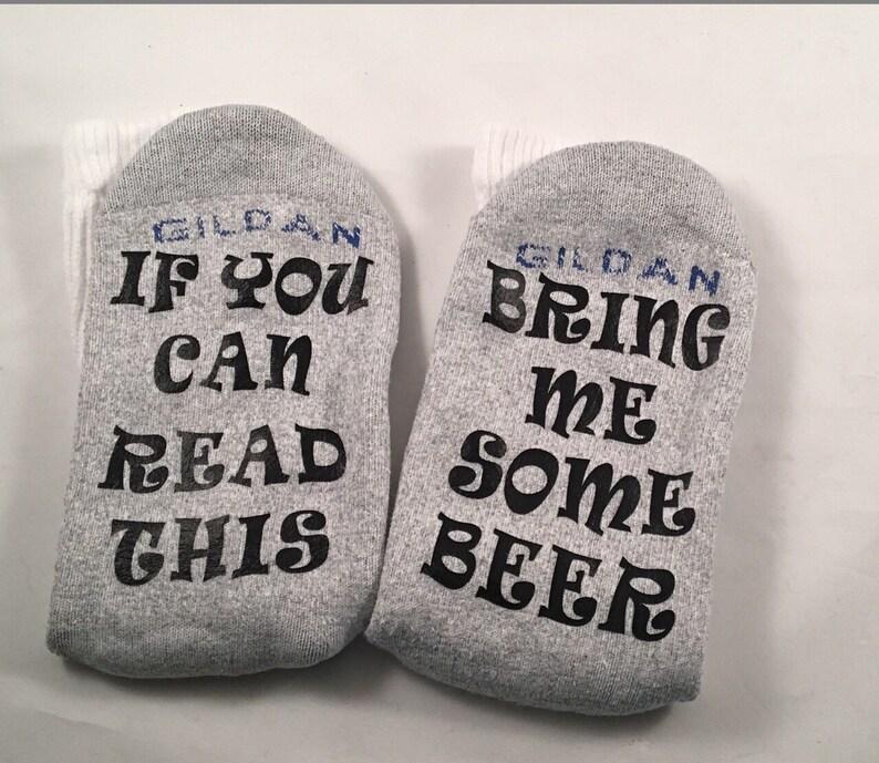 42c8fba6365 La bière si vous pouvez lire ceci chaussettes de Noël Noël