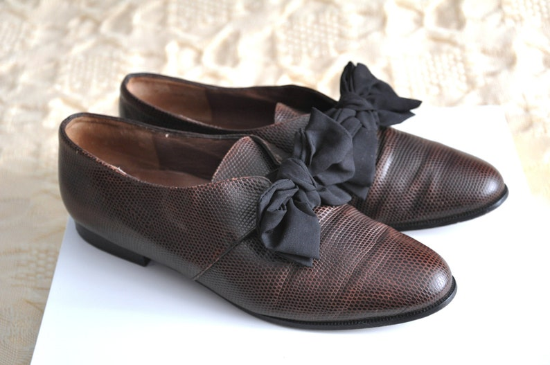 a8d7bbe17d539 Vintage 90s flat shoes, hipster brown leather shoes with a bow, distressed  leather flats, stamped leather, pointed toe flats, size 37 EU