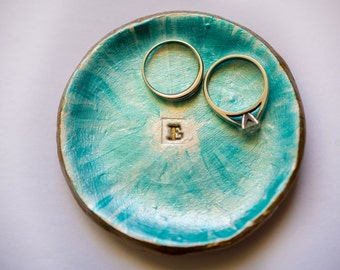 coupelle en argile; coupelle initiale; coupelle lettre E; coupelle cercle