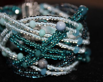 Plaited crystals and beads blue bracelet