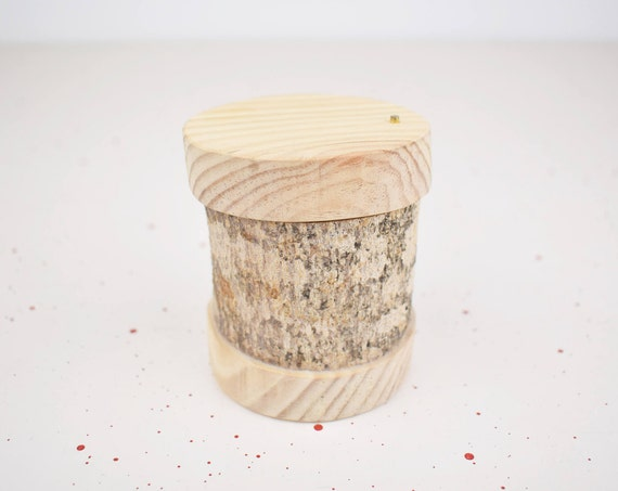 Wooden box. Tree branch. Ideal for storing alliances, gifts or various valuable items.