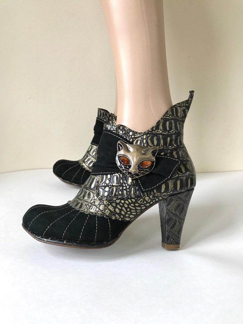 Énormes chaussons noirs