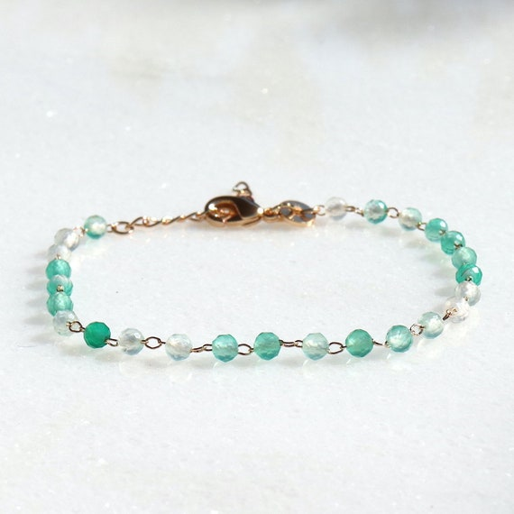 gold-plated chain bracelet and green calcedoine stones faceted woman