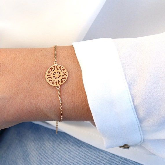Arabesque medal bracelet on gold-plated chain