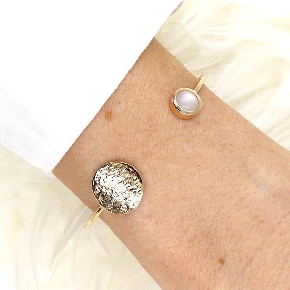 gold-plated hammered medal bracelet plated gold and moonstone