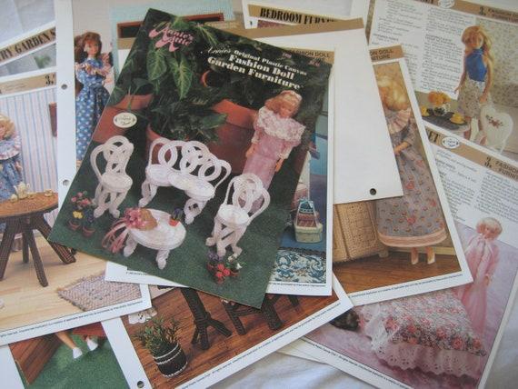 Reading Corner ~ fits Barbie dolls Annie/'s plastic canvas pattern leaflet