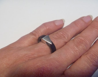 Leather ring with triangle