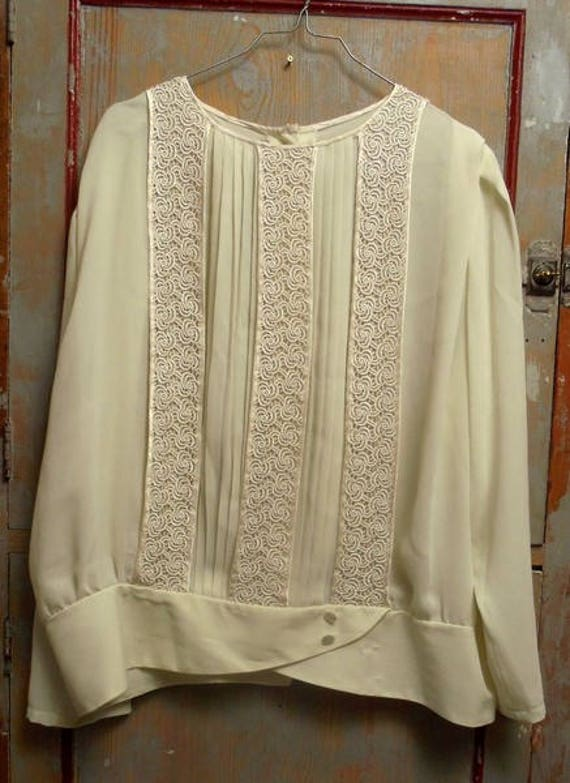Vintage off-white blouse, mouseline, embroidery, o
