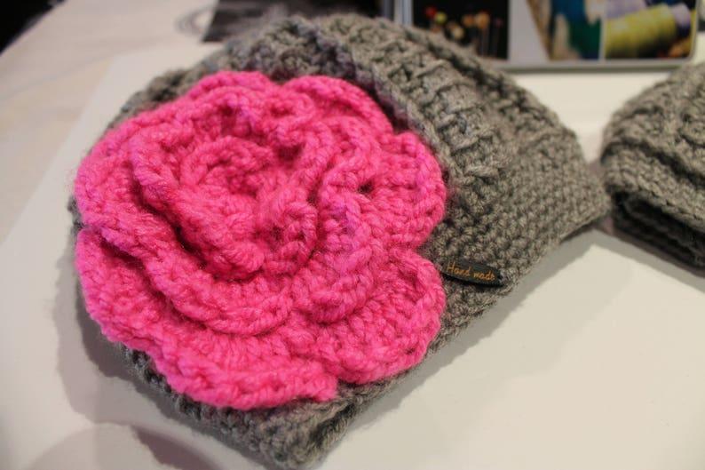 Gorro de invierno tejido crochet gris y flor rosa gorro  6fa0b018dda
