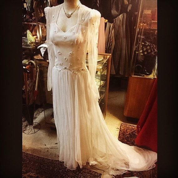 Flowing 1940s Bridal Gown Beauty