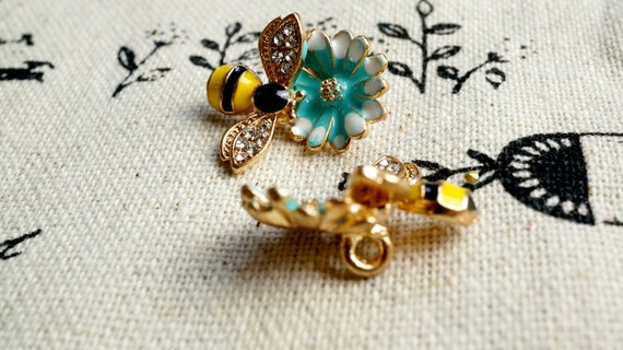 Bee /& flower charm gold enamel pendant jewellery supplies C557