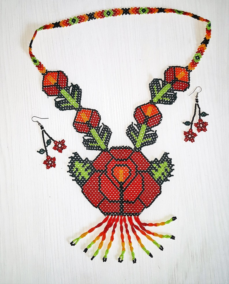 b4b008f25813 Rosa de Huichol mexicana cuentas Chaquira roja collar y