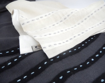CHINOOK linen scarf with a silk lining. The stripe motif is wool and silk embroidery.