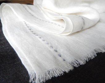 BREEZE linen scarf with a simple silk embroidery. A casual look for every day wear.