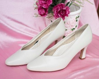 Eggshell White Vintage Heels | High Heels | Faux Leather | Retro Shoes | Wedding Shoes | Bridal Shoes | Pointy Pumps