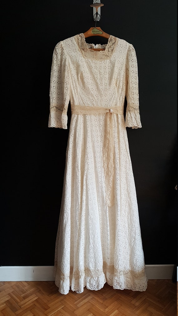Vintage wedding dress. Broderie anglaise