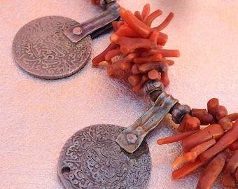 collier ethnique en argent, perles de corail véritable et Monnaies anciennes