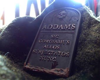 Lápida de piedra familia Addams