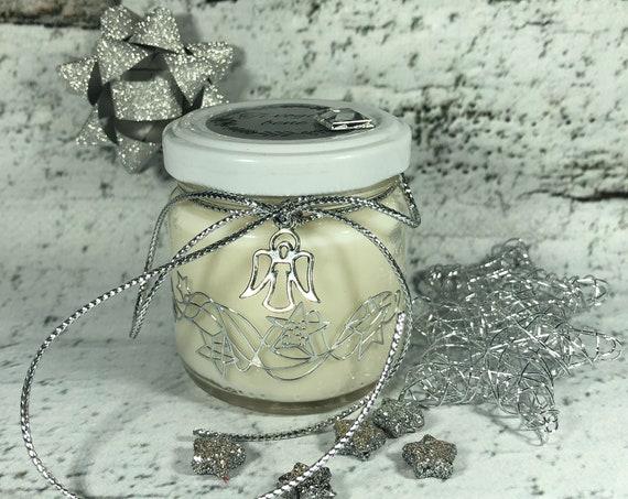 Candela con decorazioni argento e strass, con ciondolo di angioletto stilizzato, di cera di soia e oli essenziali 100% naturale cruelty free