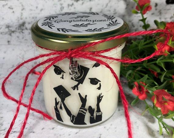 Congratulazioni per Laurea - Vasetto con candela con silhouette e aroma a scelta – ciondolo decorativo a scelta - Idea regalo per laurea