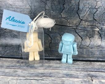 30 confezioni con piccolo personaggio in cera di soia in scatolina e tag confetto segnaposto bomboniera battesimo comunione cresima nascita