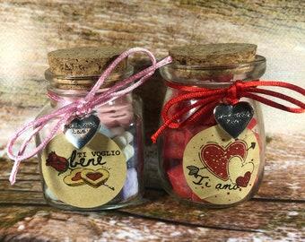 Vasetto con cuoricini in cera di soia profumati con oli essenziali, colori pastello o rossi, etichetta a scelta o personalizzata