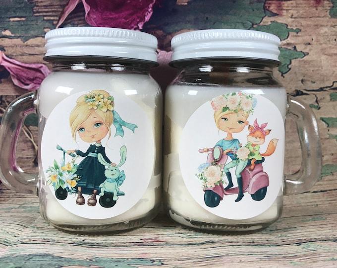 2 candele in vasetti con manico in cera di soia e oli essenziali profumatissimi con teneri disegni di bambine e frase personalizzata