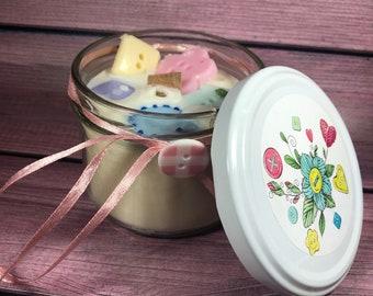 Candela con decorazione interna con bottoni di cera in cera di soia, oli essenziali e stoppino in legno idea regalo festa della mamma