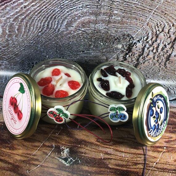 Candela al mirtillo o alla ciliegia in cera di soia e oli essenziali con frutta vera disidratata