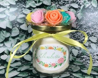 Candela personalizzata profumatissima in cera di soia decorata con fiori sul tappo idea regalo compleanno san valentino festa della mamma