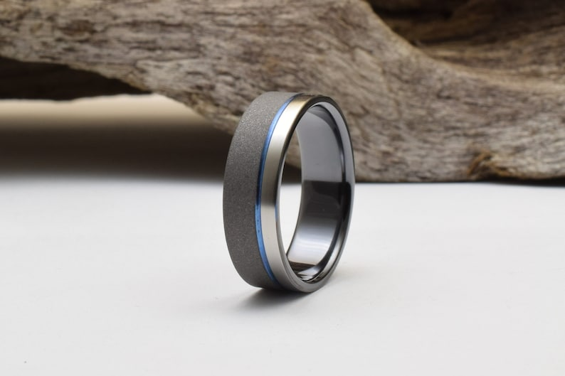 sélection premium 94d83 8d1a3 Titanium ring two tone finish, black and blue ring, bague homme, black  titanium ring, mens wedding ring, alliance homme, unique wedding ring