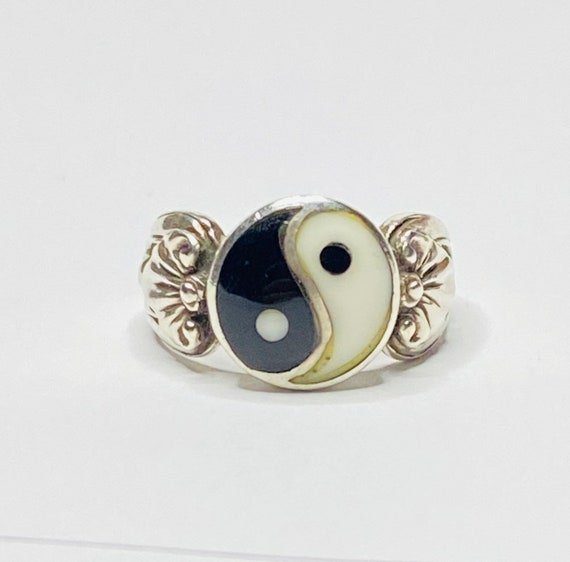 in size 7.5 contemporary abstract ying-yang look simple minimalist sterling silver ring with patina Vintage eighties 10760
