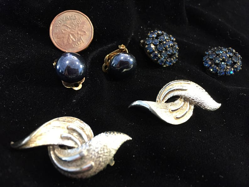 vintage 3 pair item no some wear but still pretty VE27 used earrings