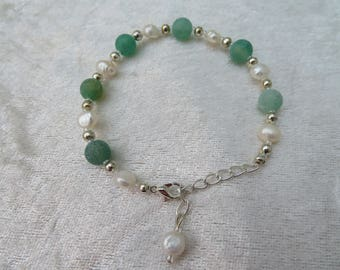 Green crushed agate, pearl and silver plated adjustable bracelet