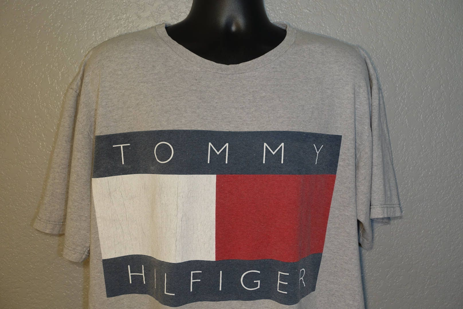 56082a23 90's Tommy Hilfiger - Spell Out Box Flag Vintage T-Shirt