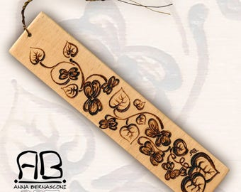 Bookmark or decorative element in pyrographed wood, available to order, customized decorations